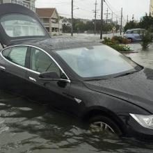 Водитель Tesla неожиданно выяснил, что Model S может плавать