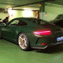 Британский зеленый Porsche 911 GT3 Touring на атласных алюминиевых колесах - настоящий драгоценный камень