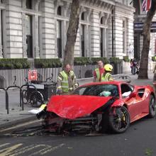 Ferrari 488 GTB был уничтожен после столкновения с лондонским автобусом