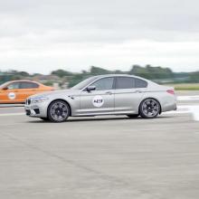 Смотрите, как BMW M5 с легкостью разгоняется до 320 км в час