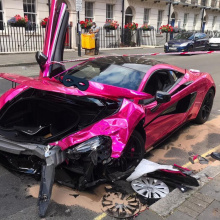 Розовый McLaren 570S разбился в зоне с ограничением в 20 миль в час