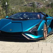 Посмотрите на Lamborghini Sian Roadster в движении