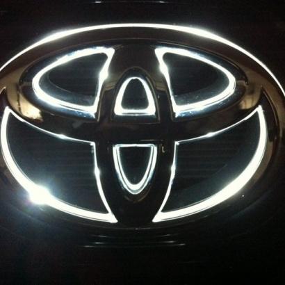 Светодиодная вставка под эмблему на Toyota