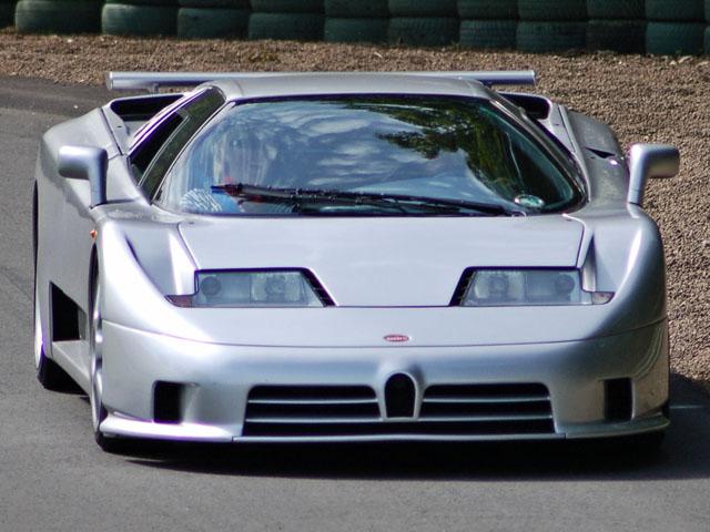 Bugatti EB110SS показал свою мощь на загородных дорожках