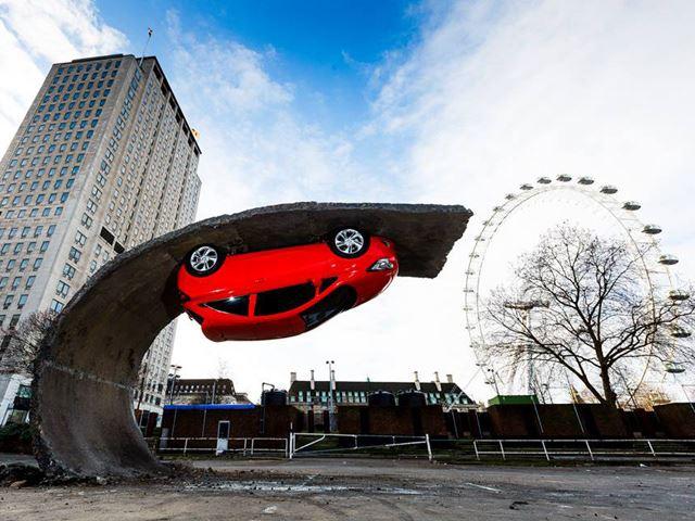 Opel Corsa висит вниз головой на 4,5-метровой высоте