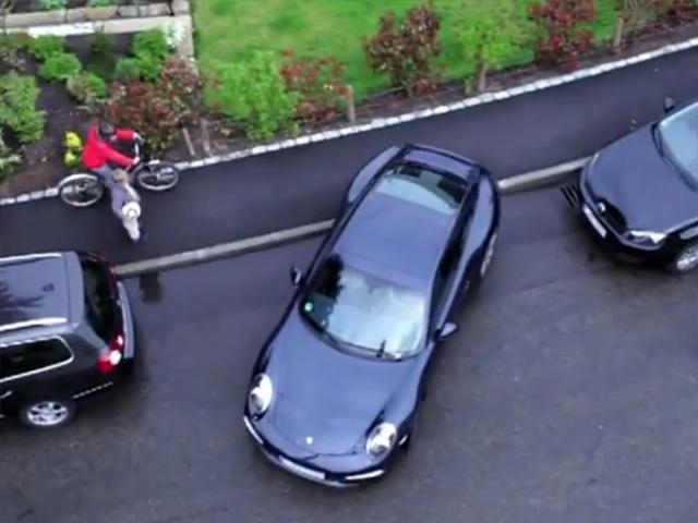 Водитель Porsche не умеет параллельно парковаться