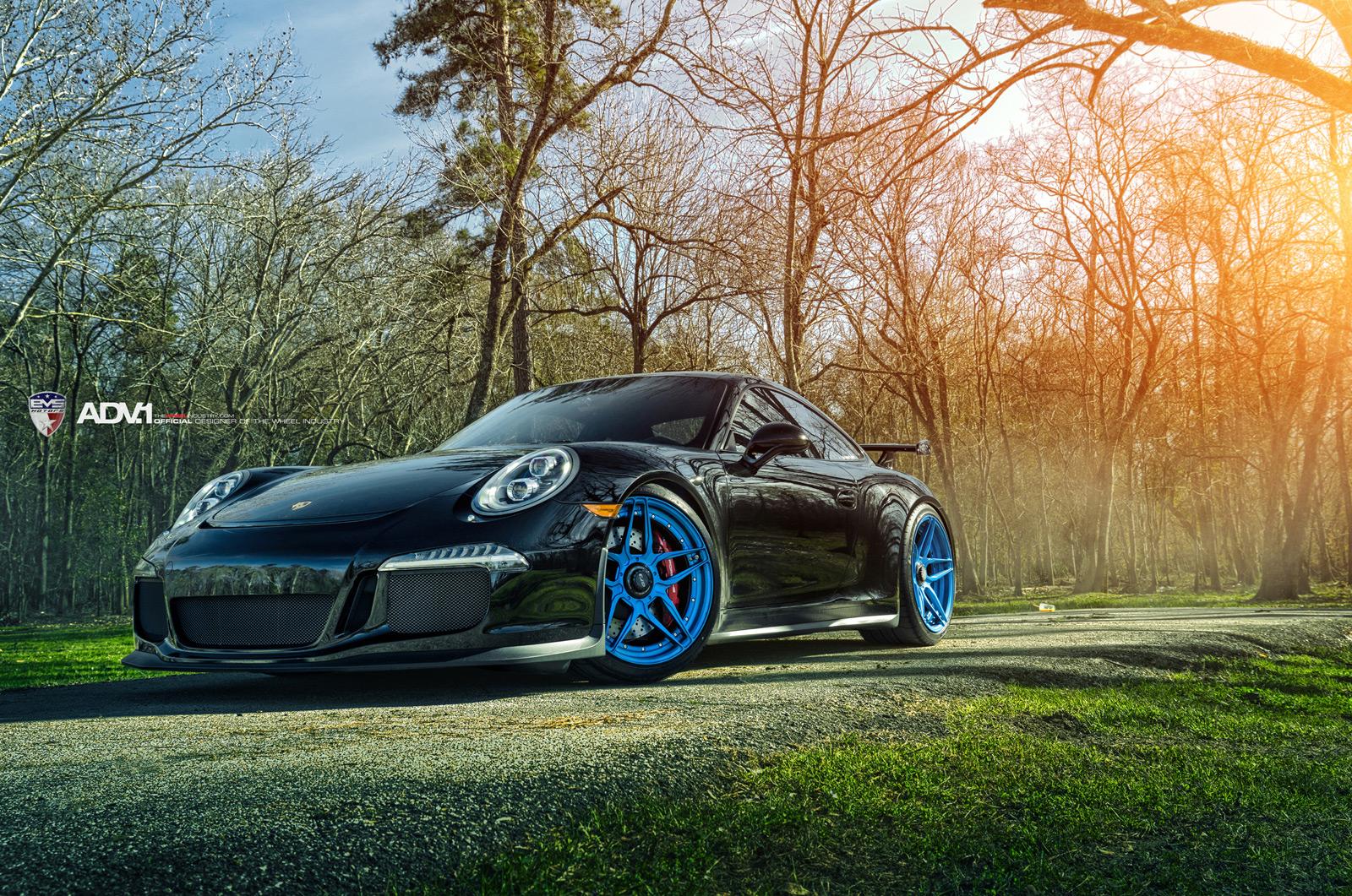 Porsche 911 GT3 с ярко-голубыми дисками ADV.1 Wheels