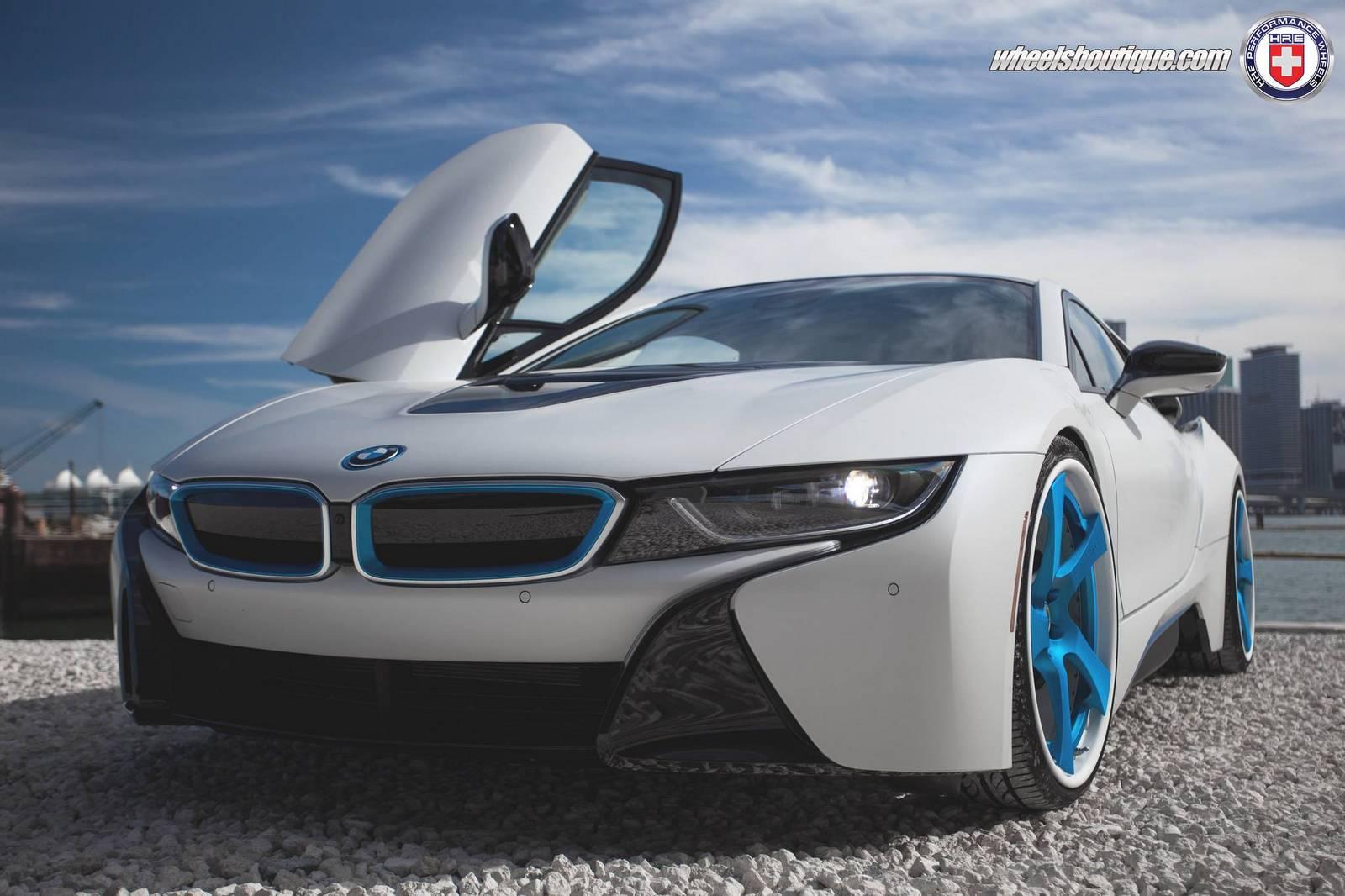 Белоснежный заниженный BMW i8 на синих дисках HRE