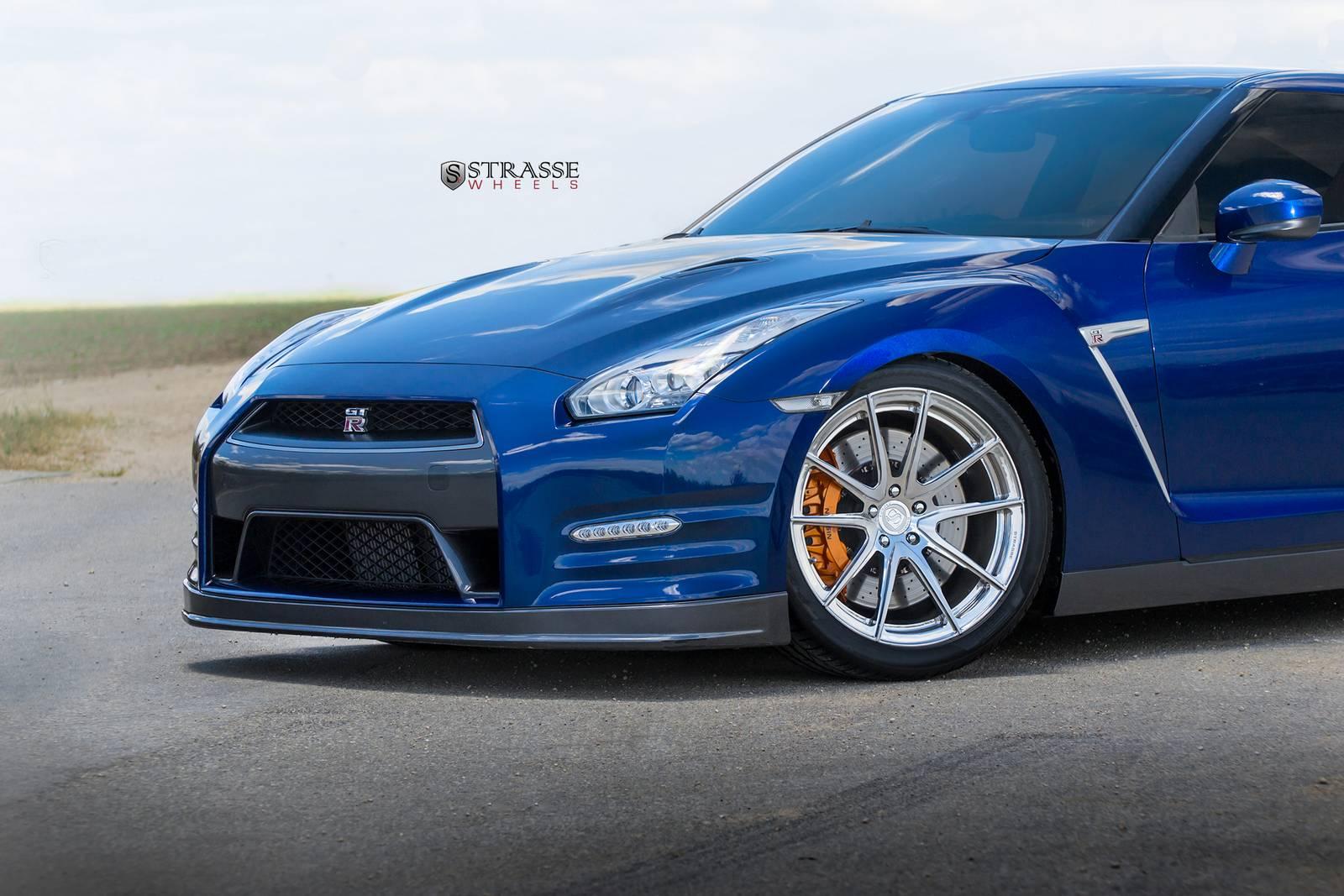 Синий Nissan GT-R на алюминиевых дисках Strasse Wheels