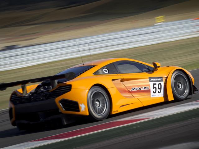 желтый спортивный автомобиль McLaren MP4 12C GT3  № 667701 без смс