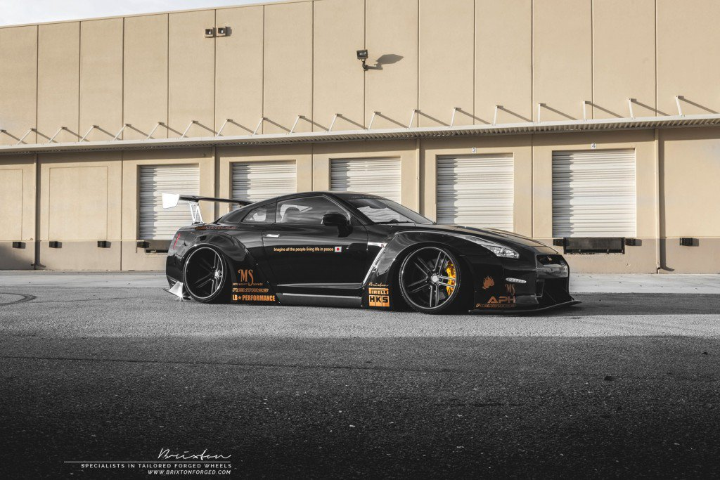 Пара Liberty Walk Nissan GT-R на дисках Brixton