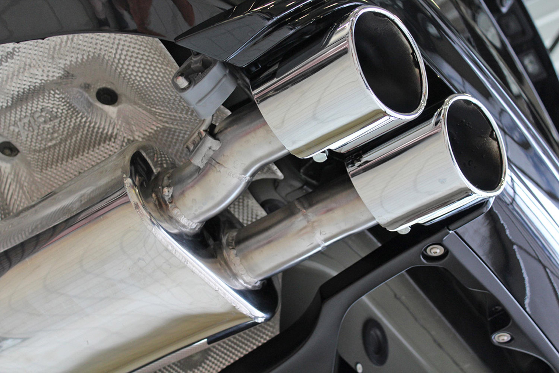 Инженеры-разработчики обновили характеристики двигателя, разработали свежий аэродинамический пакет, все это дополнено такими «лакомствами», как накладки на педали, многопоточная система выхлопа и многое другое.