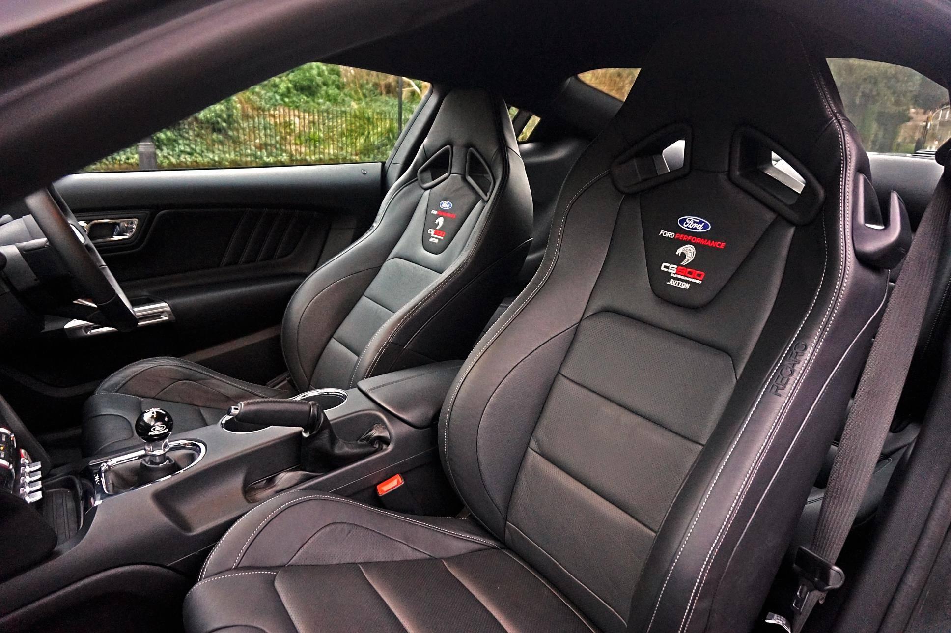 Интерьер Sutton CS800 получил новые сиденья Ford Performance Recaro.