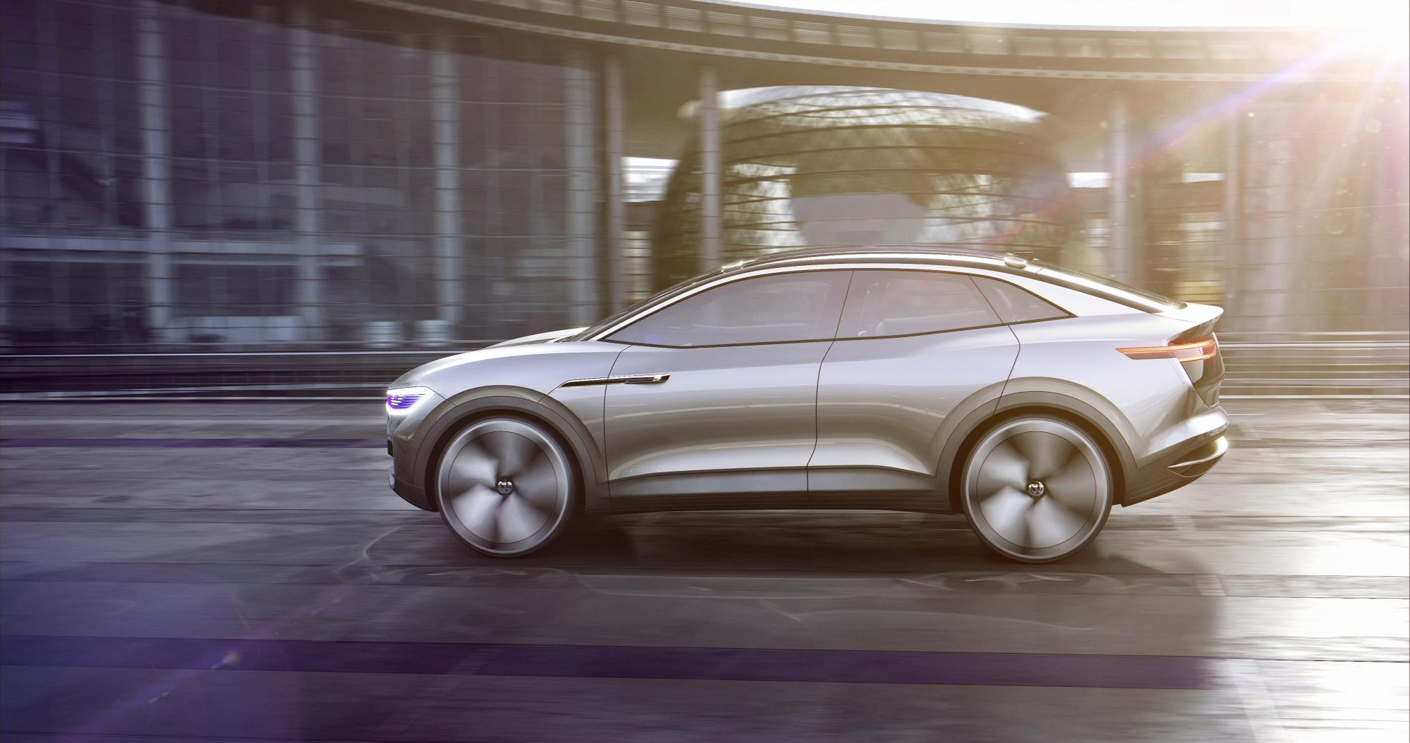 Volkswagen делает еще один шаг вперед, проецируя наиболее важную движущую информацию в поле зрения водителя с использованием технологии дополненной реальности.