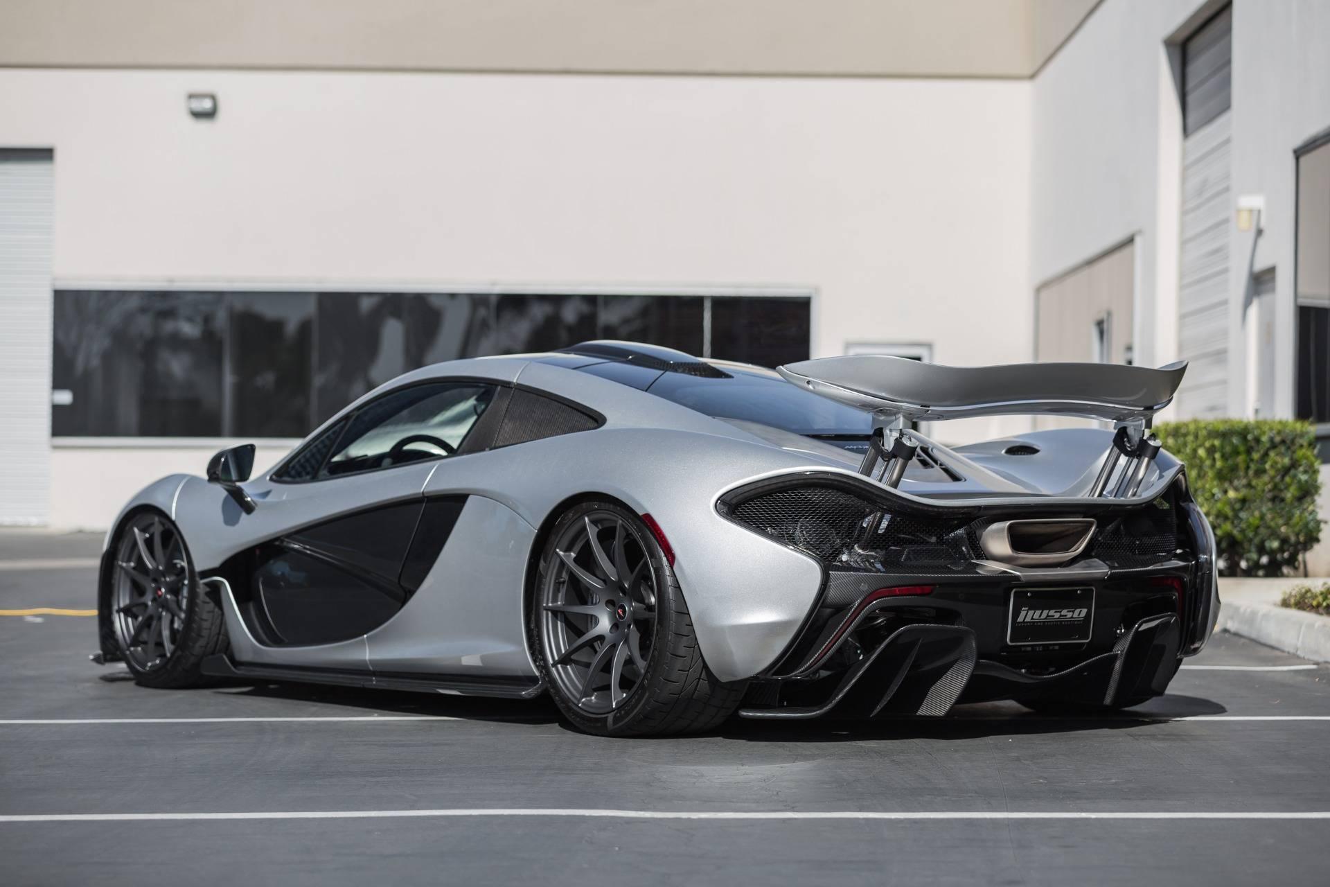 Кроме того, в стандартную комплектацию входят легкосплавные кованые диски с шинами Pirelli P Zero Corsa, выдвижное заднее антикрыло, характерные двустворчатыми двери и, конечно же, семиступенчатая коробкой передач McLaren с двойной муфтой сцепления.