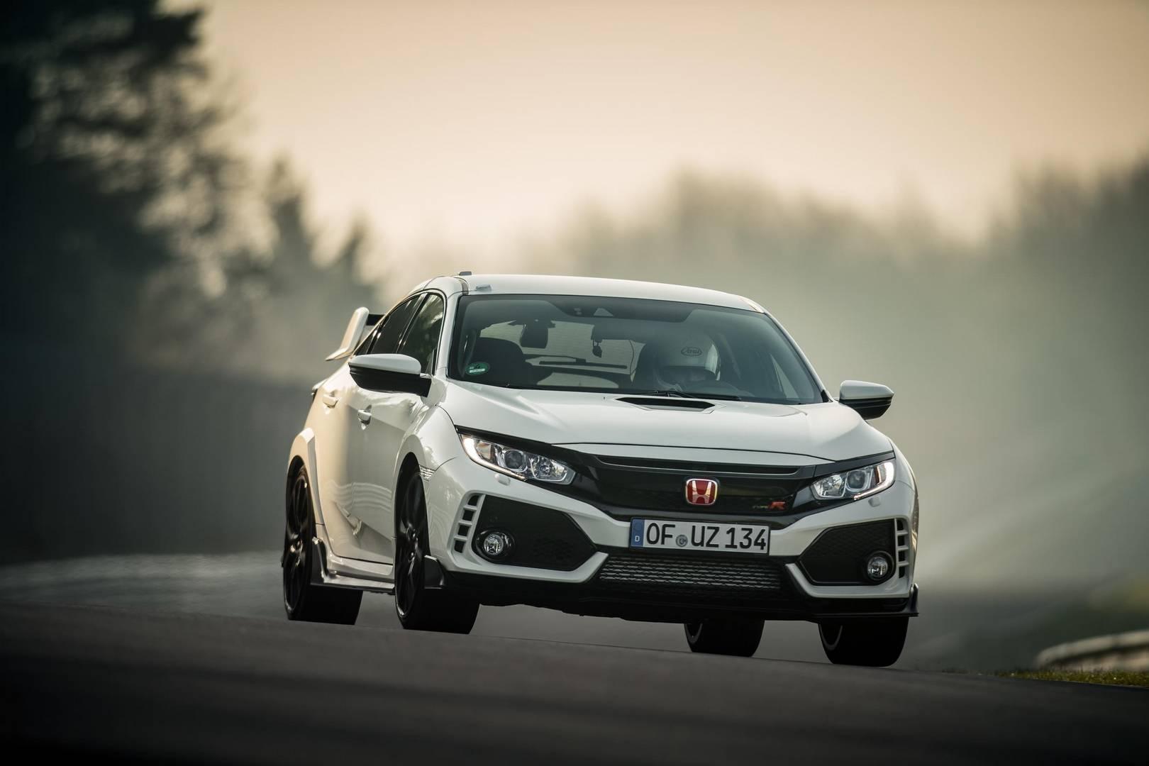 Как и в уходящая модель, клиенты, которые вложат дополнительные £2000 за версию GT, получат монитор перекрестного трафика, двухзонный климат-контроль, автоматическое затемнение зеркала заднего вида, систему Honda CONNECT с навигацией Garmin, беспрово