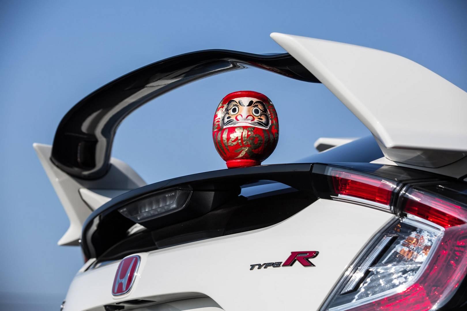 Фил Уэбб, глава подразделения Honda в Великобритании, прокомментировал: «Как и в предыдущем поколении, мы ожидаем огромного спроса на Civic Type R. Банк заказов уже открыт, и автомобиль уже сильно заинтересовал клиентов еще со времени своего дебюта н