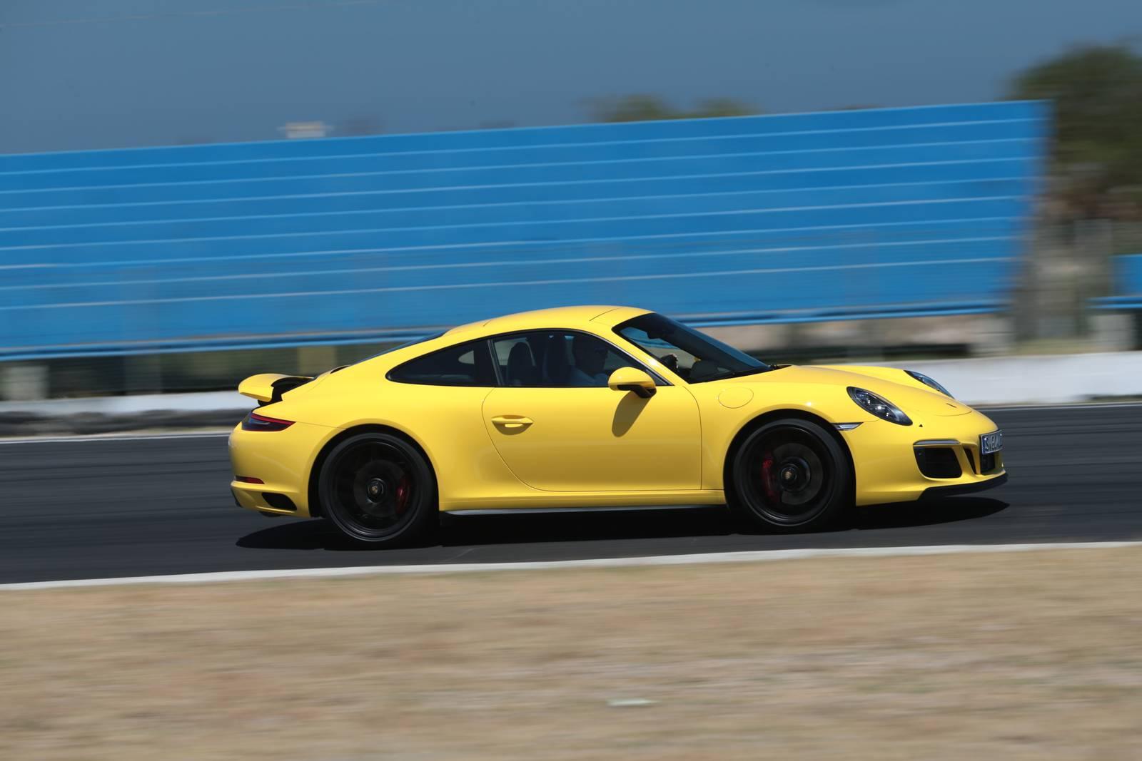 У Carrera GTS ниже аэродинамика, более слабые тормозаи меньшие шины по сравнению с 500-сильным GT3, который питается от 4-литрового атмосферного шестицилиндрового двигателя.