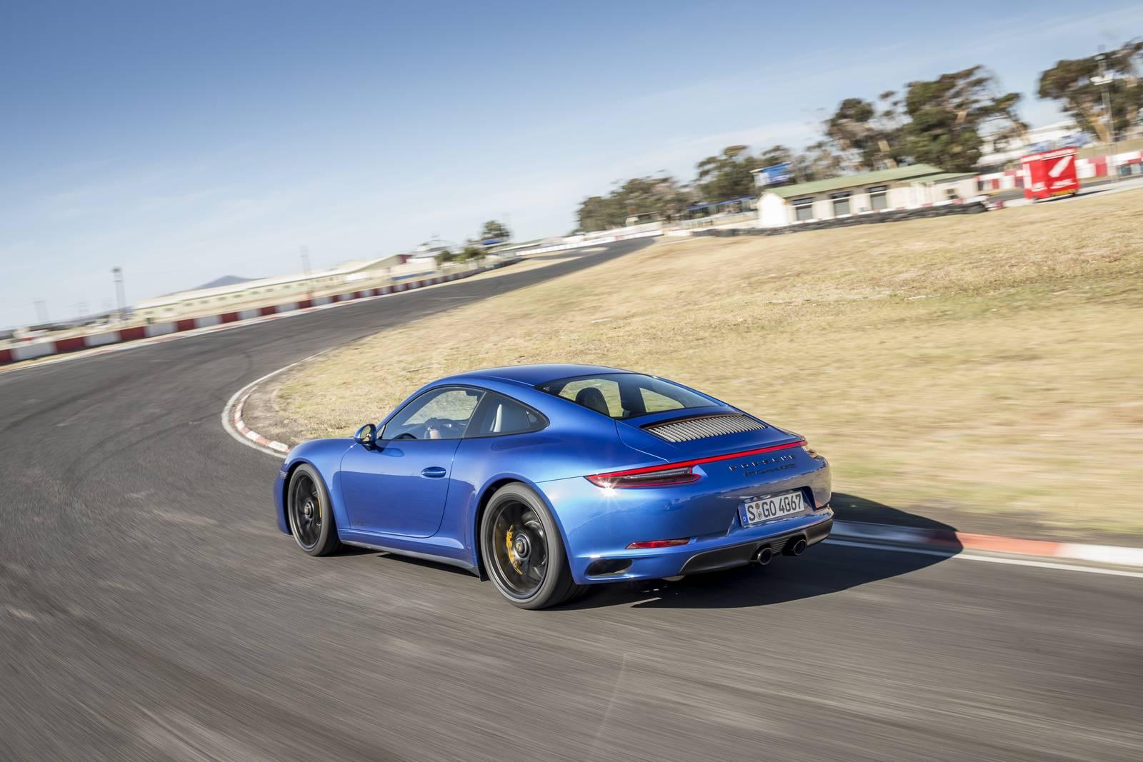 Для того чтобы выровнять производительность нового Carrera GTS по сравнению с предыдущим поколением GT3, потребовалось всего две турбины.