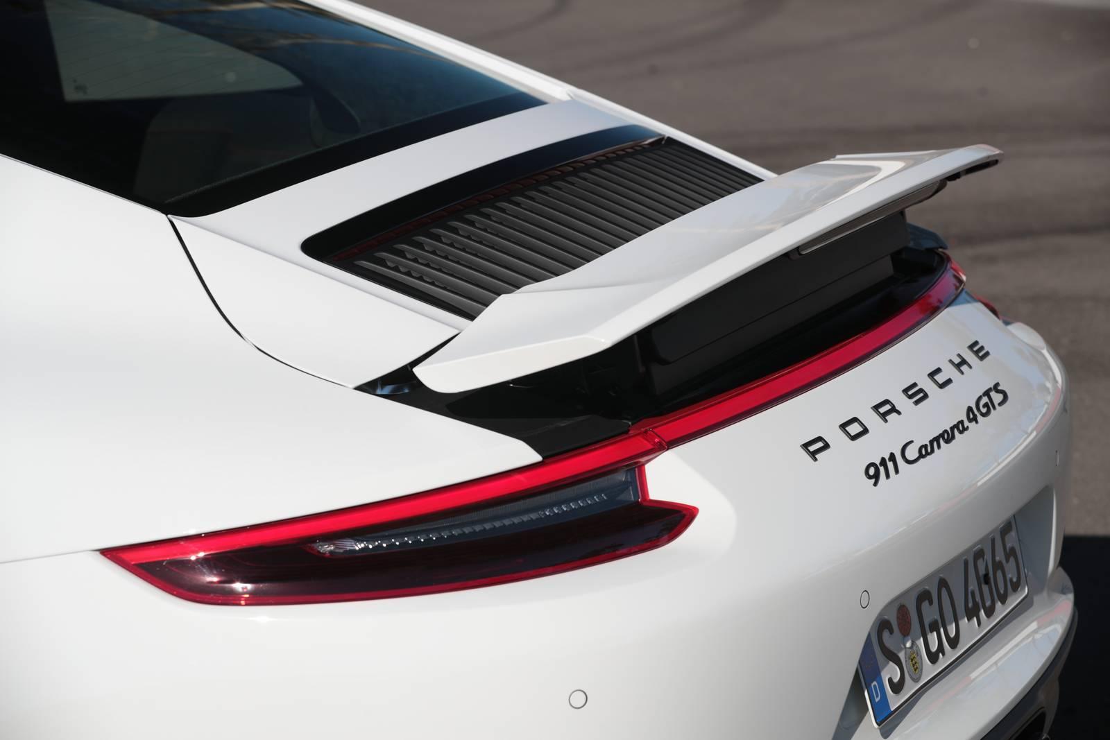 Самый последний 911, ориентированный на трек, смог совсем недавно провести заезд на Нюрбургринге всего за 7 минут и 12 секунд.