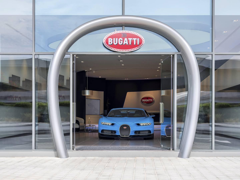 Французский завод по производству спортивных автомобилей в Дубае занимает 15-е место в мировой дилерской сети бренда. Привлекательный выставочный зал площадью 240 квадратных метров - это давнее партнерство между Bugatti и местным Al Habtoor Motors.