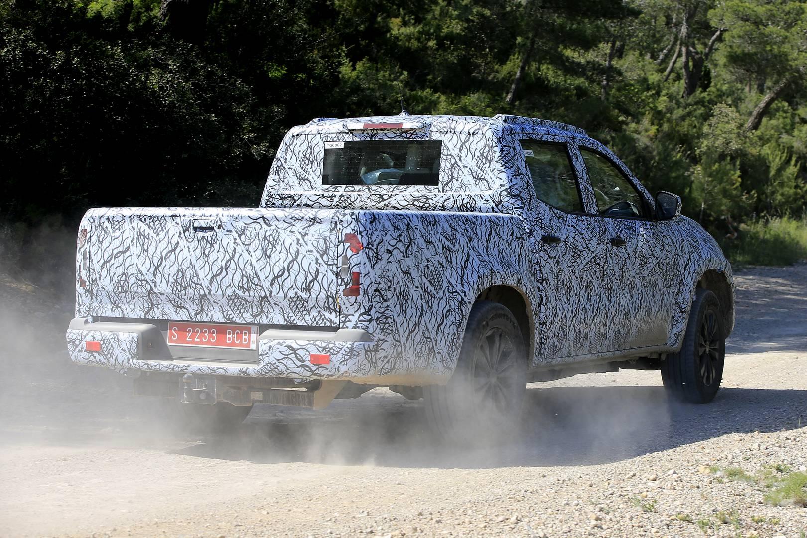 Фотографии были сделаны в Южной Европе, недалеко от того места, где X-Class будет построен - на заводе, совместно используемом Nissan-Renault. На фотографиях мы видим многие знакомые нам черты дизайна Mercedes-Benz. Пикап будет иметь широкую решетку,