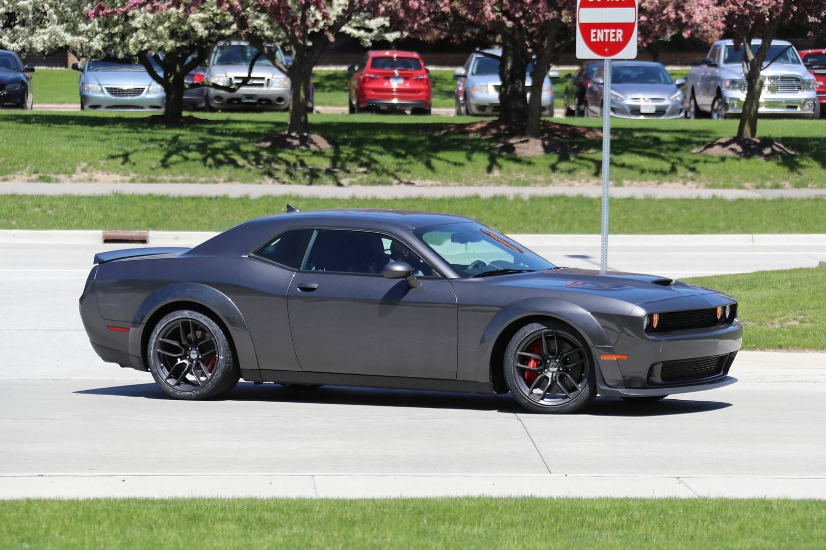 Следующей в очереди является расширенная версия Challenger SRT Hellcat. Он очень похож на недавно выпущенный Demon, но значки спереди и сзади показывают, что этот автомобиль основан на Hellcat. У тестового автомобиля тоже капот Hellcat, а его колеса