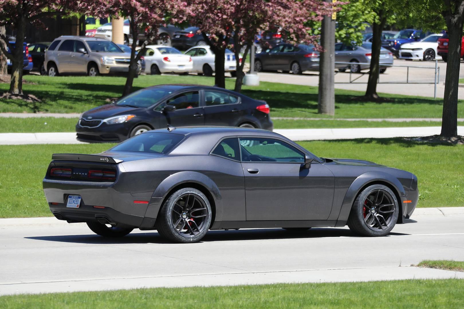 По слухам этот расширенный SRT Hellcat должен удовлетворить тех, кто хочет, чтобы их автомобиль выглядел как Demon, но не хочет в полной мере участвовать в гонках.