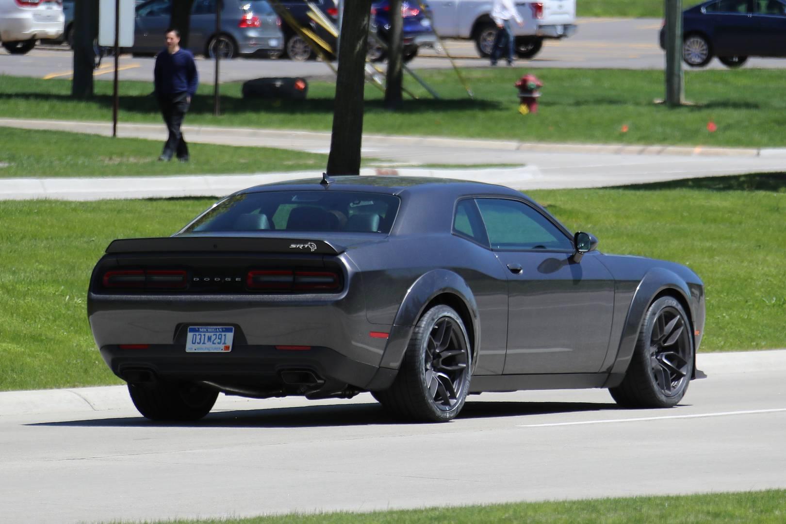 И, конечно же, связанная с этим цена предполагает, что предстоящий Challenger SRT будет стоить дешевле. Мы ожидаем, что этим летом Dodge Challenger SRT Hellcat будет выпущен в продажу.