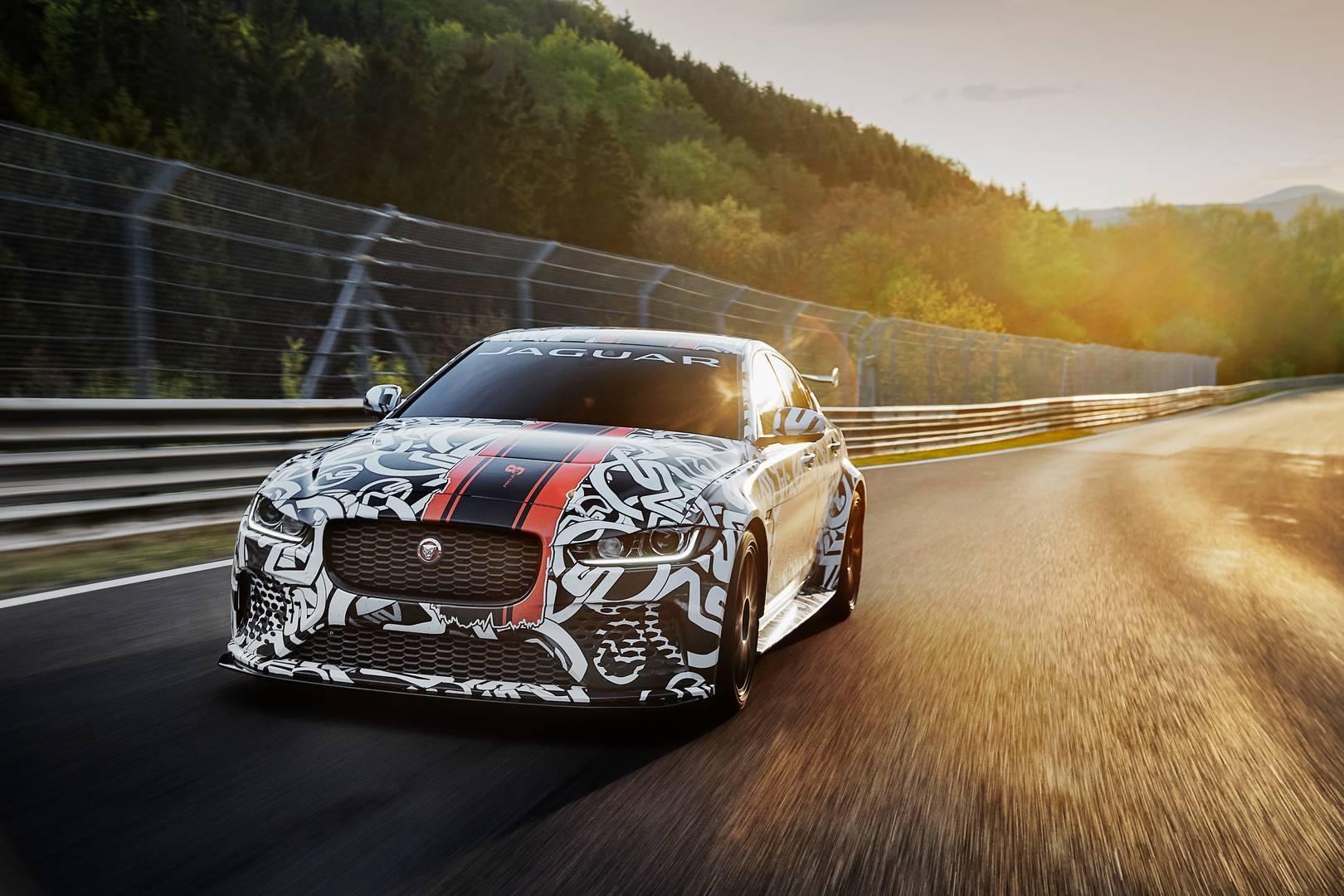 За исключением недавнего F-Type SVR, повышение производительности последних Jaguar'ов было весьма небольштим. Jaguar XE SV Project 8 представляет собой первый действительно мощный вариант.