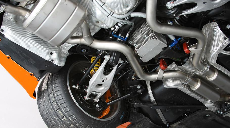 Он не просто стильный, он также уменьшает общий вес автомобиля и обеспечивает его большими воздухозаборниками. Кроме того, это дополнение также способствует улучшению прижимной силы и, следовательно, стабильности при движении.