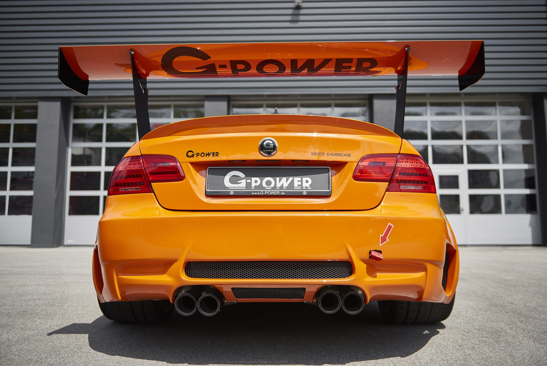 Первое, что стоит заметить в автомобиле, это его цвет: яркий оранжевый кузов, которое улучшает спортивную природу машины, а также способствует его агрессивному и уникальному стилю.