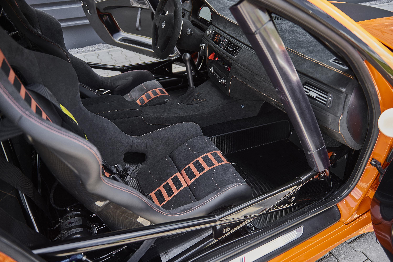 Также были установлены легкие кованые 19-дюймовые диски класса, обутые в шины 295/30ZR19 и 325/30ZR19 и установлена специальная тормозная система - керамические тормозные диски, а также шести- и четырехпоршневые суппорты для обеспечения плотной и ста