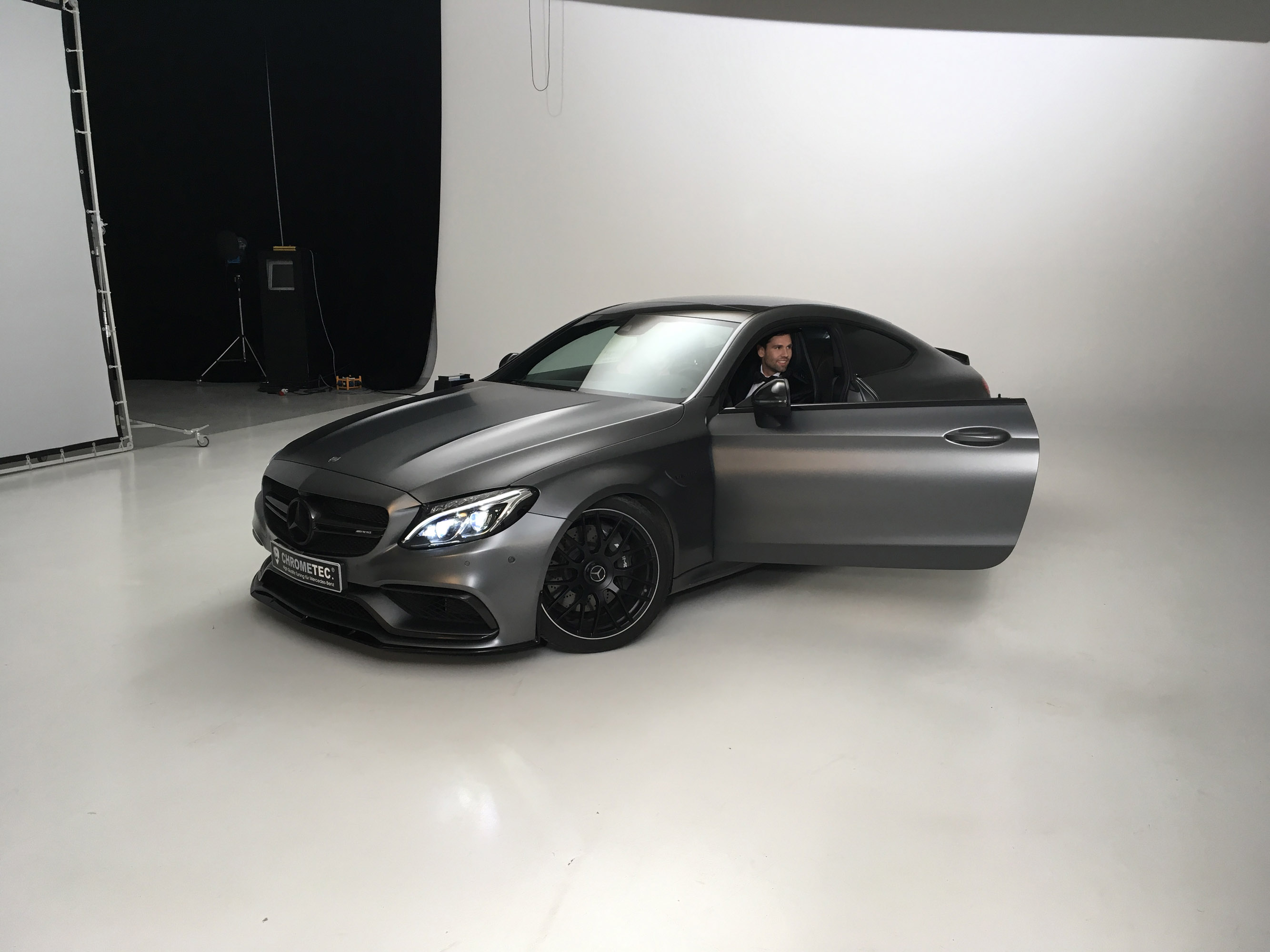 Дело не в том, что мы еще не видели такого, но то, что привлекло наше внимание, - это то, насколько хорошо этот стиль подходит к общему дизайну автомобиля.