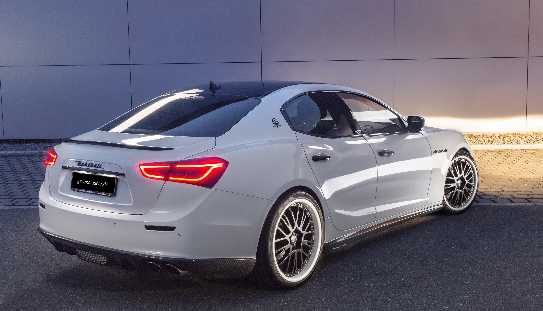 Этот особенный Maserati Ghibli оснащен трехчастными облегченными колесами OZ размером 21 дюйм с дополненными алюминиевыми 30-милиметровыми прокладками. Занижающие пружины также доступны, наряду со специально разработанным задним диффузором.