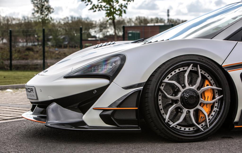 Задняя часть McLaren украшена большим диффузором, также оптимизированным для управления воздушным потоком.