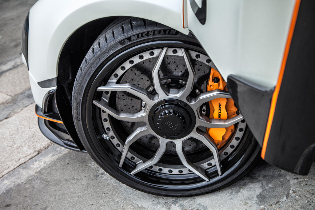 Новый стиль продолжается и на боковых сторонах автомобиля, где более широкие накладки на пороги в гоночном стиле имеют вертикальные ребра, которые улучшают воздушный поток и уменьшают сопротивление.