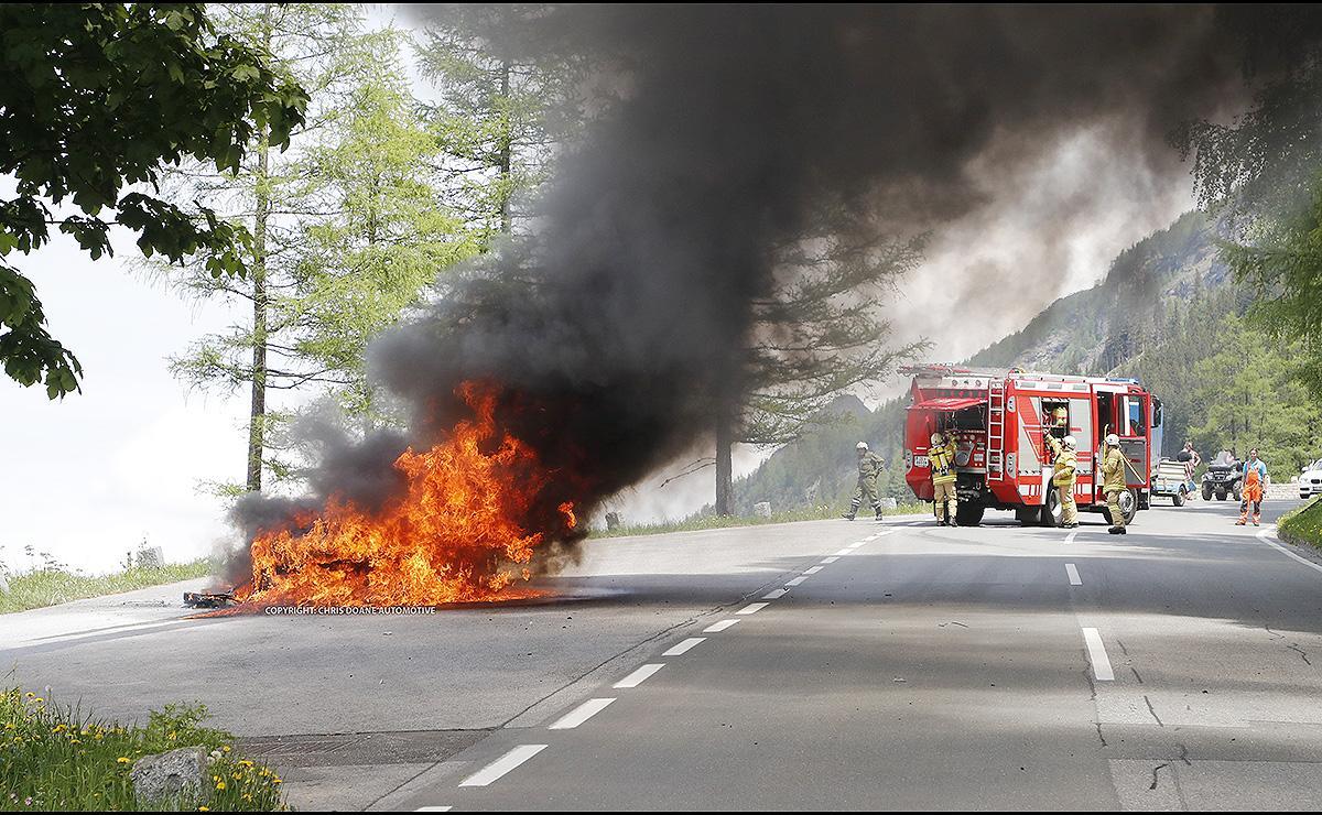 Ручного огнетушителя было недостаточно, чтобы потушить пламя и тестовый авто Audi A7 был полностью уничтожен в течение 15-20 минут.