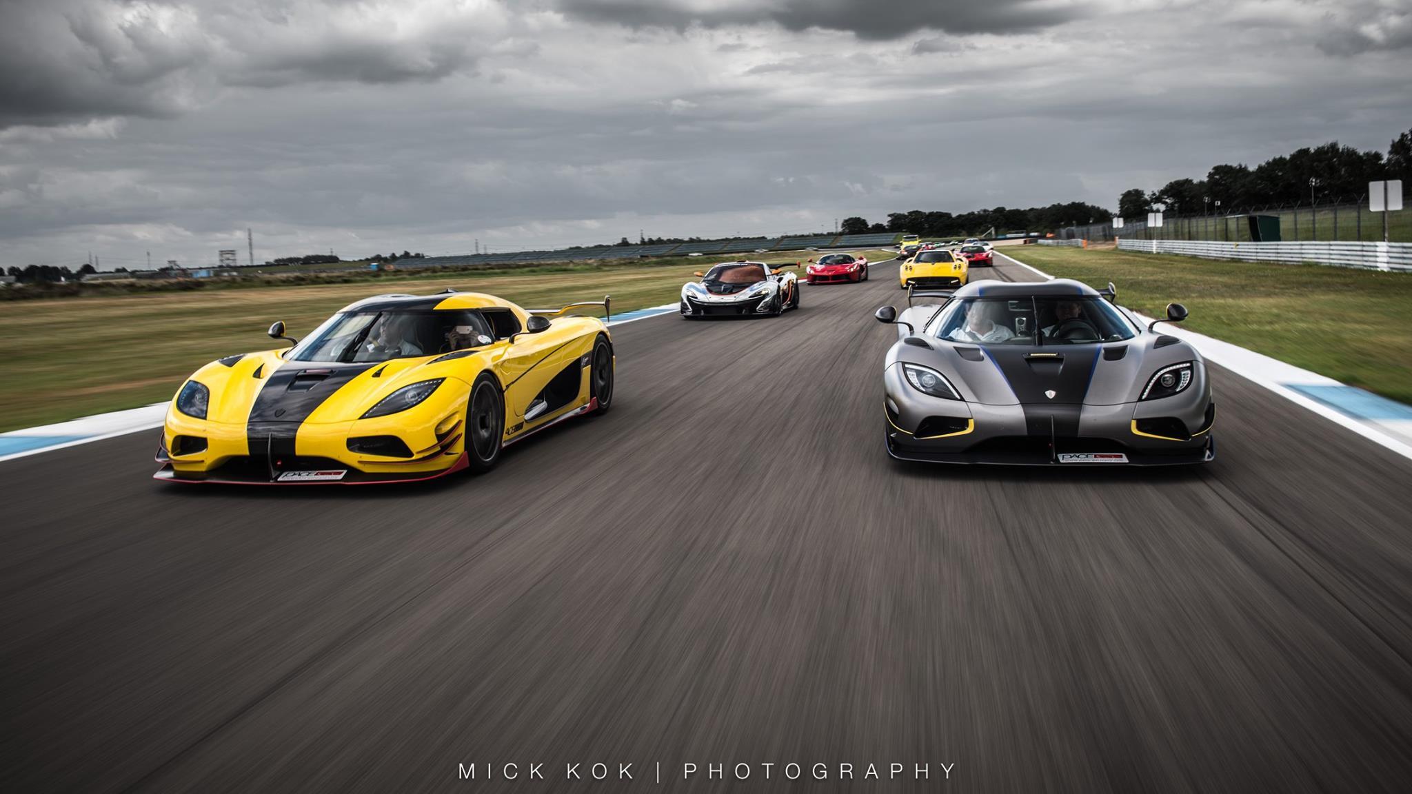 Встреча проходила на треке TT Circuit в Ассене, Нидерланды, и собрала впечатляющее количество автомобилей, чтобы порадовать множество поклонников. В отличие от обычных сборищ автолюбителей, это мероприятие проходило на правильной гоночной трассе, где