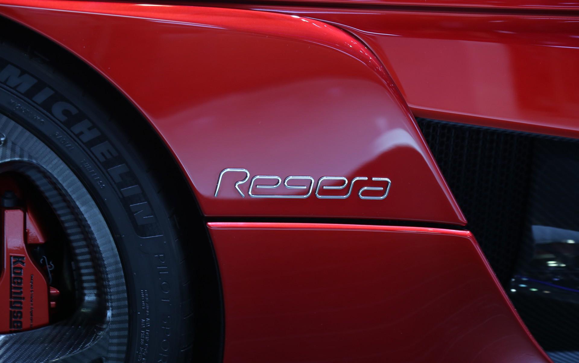 Гибридная установка гиперкара впечатляет - она сочетает в себе три электродвигателя, которые производят 670 л.с. вместе с самым современным 5-литровым V8 с двумя турбодвигателями, который мы знаем по предыдущим моделям Koenigsegg.