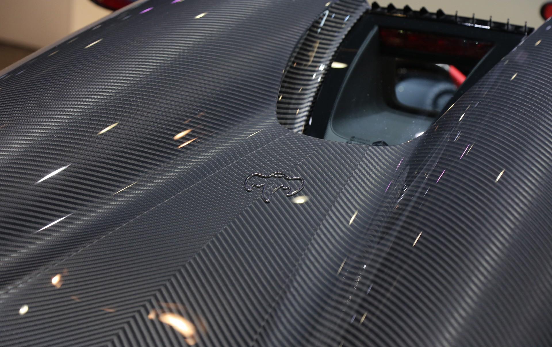 Потрясающе выглядящая Regera имела мощность 1500 лошадиных сил и более 2 000 Нм крутящего момента.