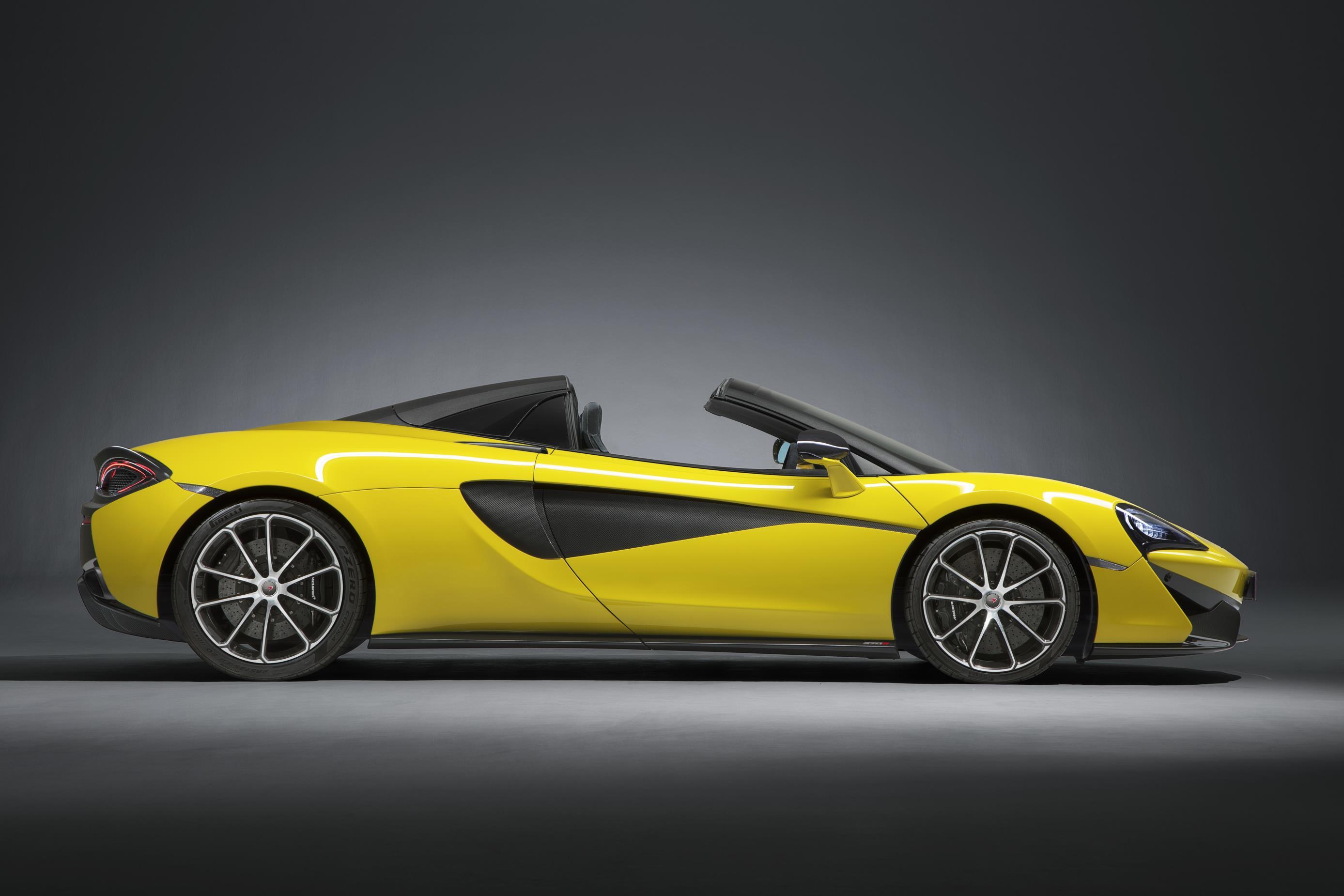 Третий стиль кузова в спортивной серии McLaren присоединяется к моделям Coupe и GT, используя убирающуюся жесткую крышу с технологией, полученной из моделей Spider 650S и 675LT.