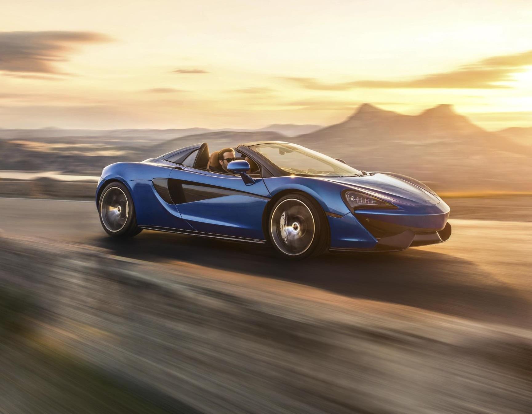 Под задней крышкой установлен 3,8-литровый твин-турбо McLaren V8 мощностью 570 л.с. и 600 Нм.