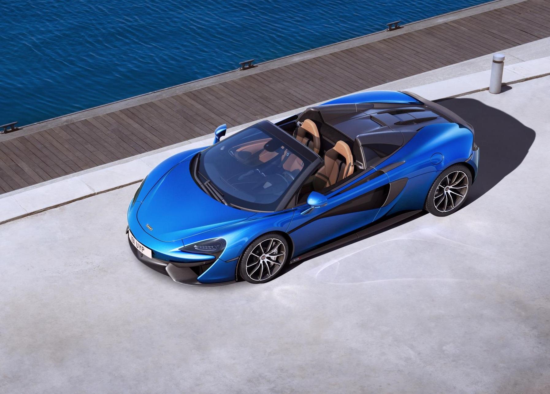 Так или иначе, показатели производительности идентичны купе с ускорением от 0 до 100 км/ч за 3,2 секунды и максимальной скоростью 328 км/ч. С крышей максимальная скорость ограничена 315 км/ч.