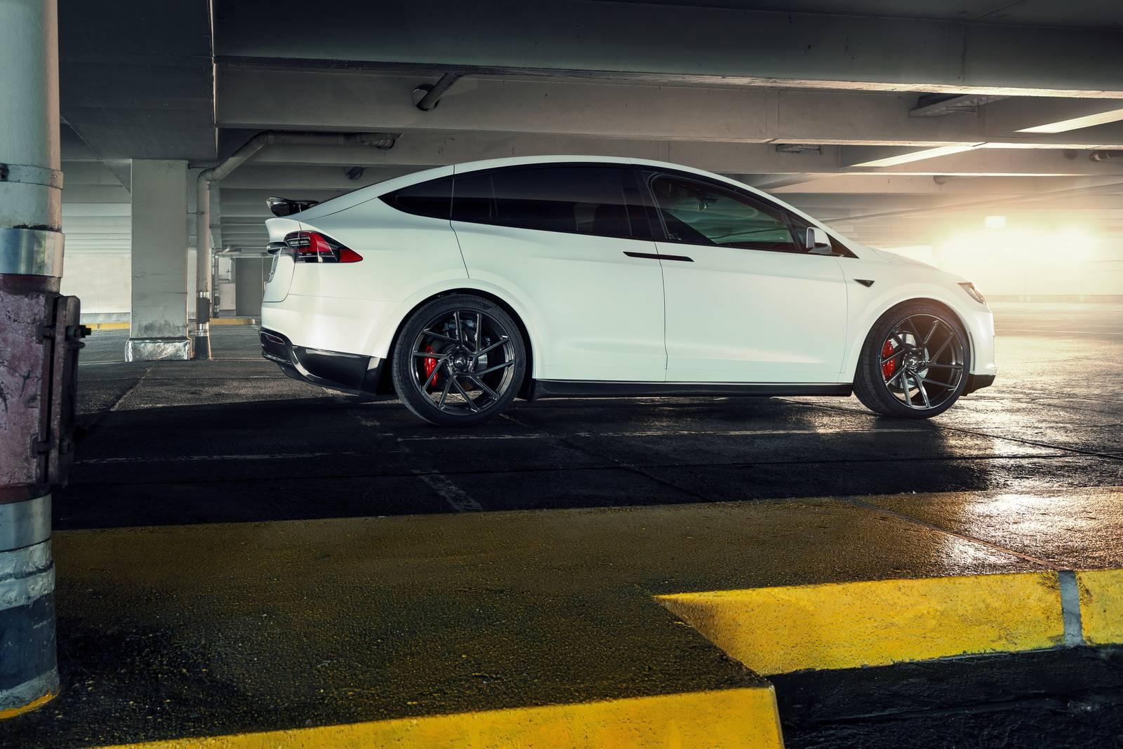 По бокам Model X были установлены так называемые «rocker panels'», которые «успокаивают» воздушный поток по бокам и визуально опускают внедорожник ближе к земле. Наконец, новый задний спойлер завершает стилистические модернизации.