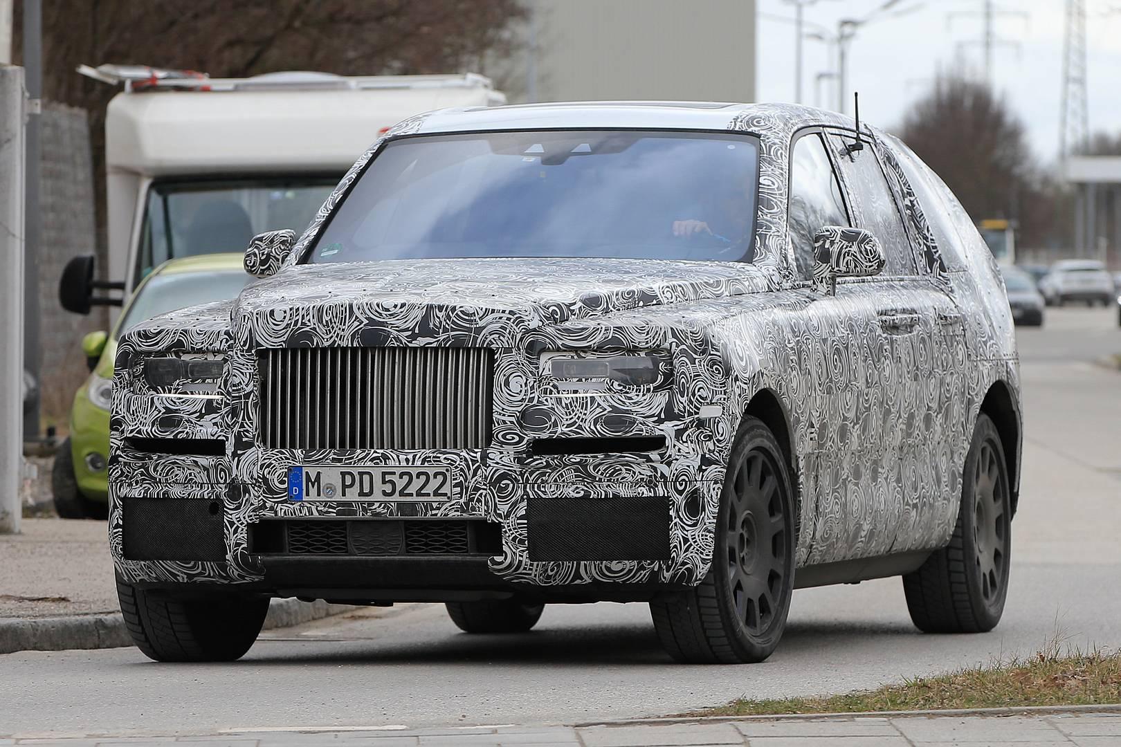 На этот раз, однако, прототип автомобиля показал, что передняя часть будет почти идентична рабочей версии машины. Несмотря на обширную маскировку, мы можем различить классическую решетку Rolls-Royce и выдающийся капот. Передние фары, кажется, имеют