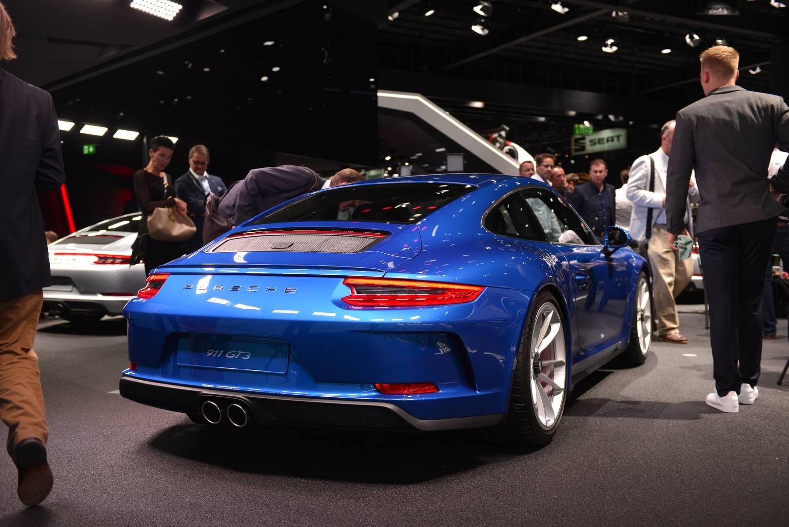 Глядя на успех Porsche 911 R, немецкий автопроизводитель выпустил к Франкфуртскому автосалону 2017 новый вариант для Porsche 911 GT3 - Touring Package.