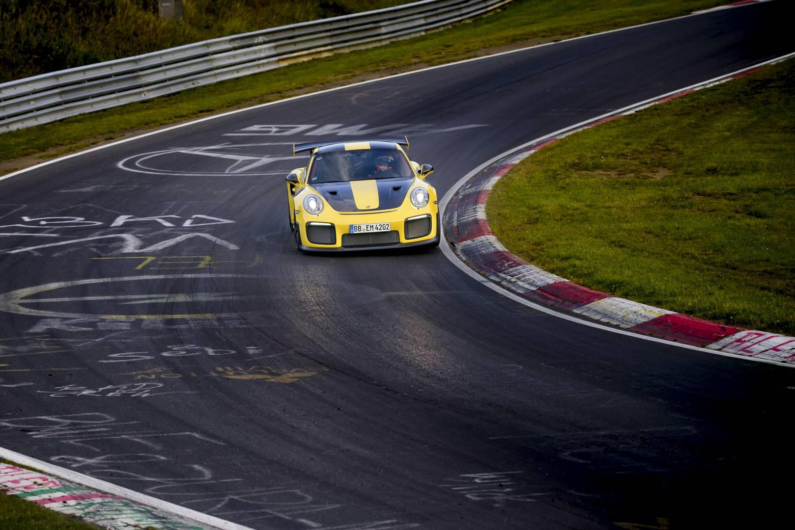 Новый GT2 RS - это не только самый мощный 911 всех времен, но и самый быстрый, его новая рекордная скорость больше, чем установленная гало-моделью Porsche 918 Spyder в 2013 году - 6 минут 57 секунд. Бренд Штутгарта по-прежнему сохраняет рекордное вре