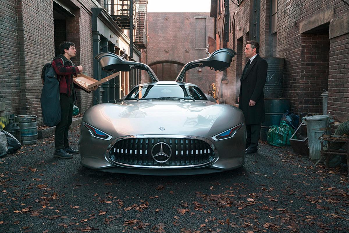 В фильме также будет представлен кабриолет Mercedes-Benz E-Class, управляемый Вандервумен и Mercedes-Benz G500 4х4, управляемый еще нераскрытым персонажем.