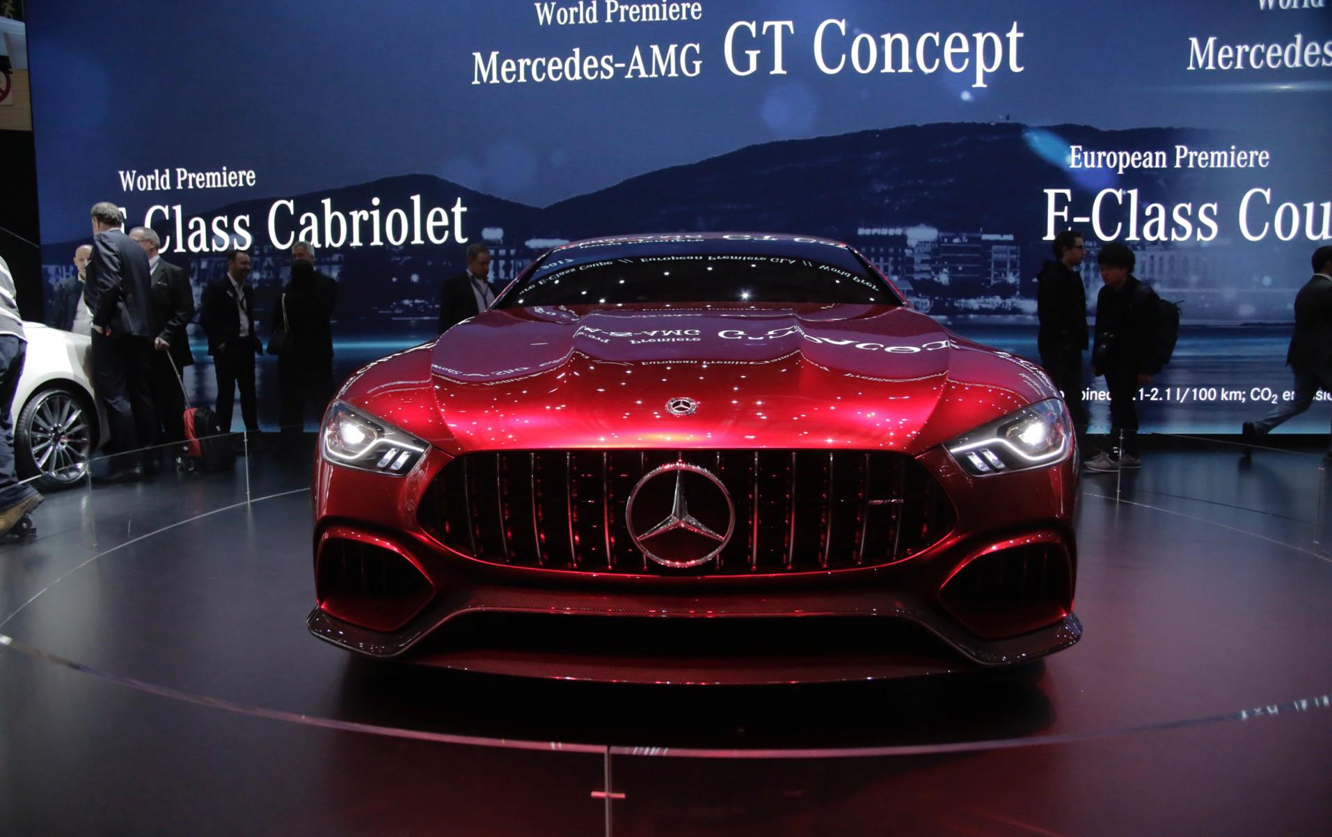 С длинным, низким передним капотом и агрессивной решеткой радиатора его передняя часть похожа на его «родственников». Под капотом, однако, он тесно связан с удивительным Mercedes-AMG E63. Интерьер будет совмещать дизайнерские черты E-Class и AMG GT.